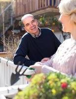 senior man kijkt naar zijn vrouw foto