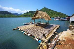 zee en kleine hut foto