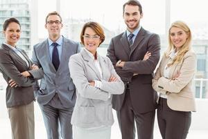 jonge zakenlui met armen gekruist in kantoor foto