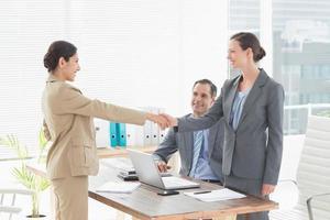 zakenmensen die een interview afnemen foto