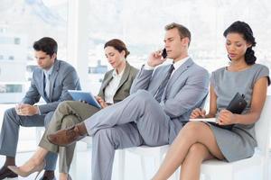 mensen uit het bedrijfsleven zitten en wachten foto