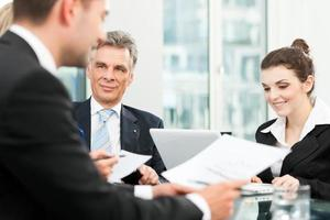 mensen uit het bedrijfsleven - teamvergadering in een kantoor foto