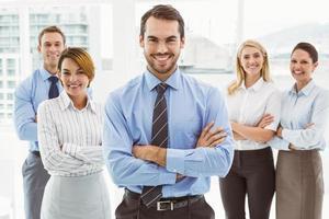 mensen uit het bedrijfsleven met gekruiste in kantoor armen foto