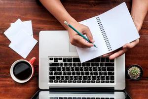 man wringen met notebook-laptop. foto