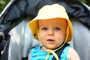 lachende babyjongen in een emmer hoed foto