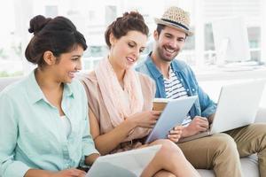 vrolijk teamwork met behulp van laptop en tablet op Bank