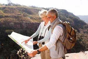 wandelaars van middelbare leeftijd kijken naar een kaart