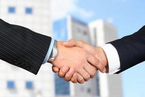 beeld van een stevige handdruk tussen twee collega's in het kantoor foto
