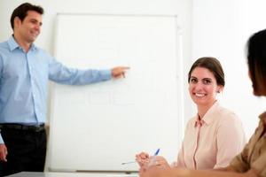 mooie jonge zakenvrouw lacht naar je foto