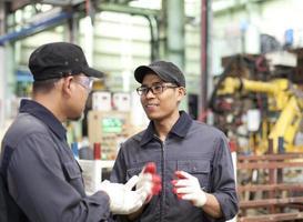 industriële ingenieurs in de fabriek foto