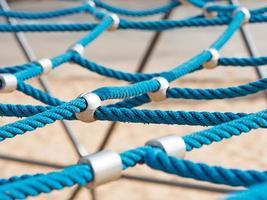 genetwerkte touwen op klimrek foto