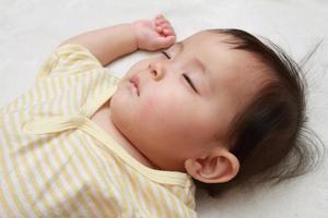 slapende Japanse babymeisje foto