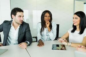 zakelijk gesprek zittend aan een tafel en het analyseren van de resultaten foto