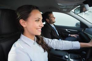 business team glimlachend en rijden foto