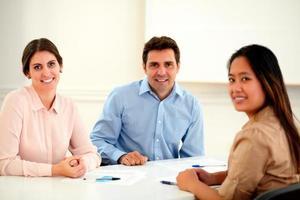 aantrekkelijke uitvoerende etnische groep die naar u glimlacht foto