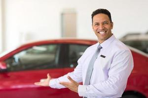 voertuigverkoper die nieuwe auto's voorstelt foto