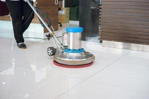 schoonmaak vloer met machine foto