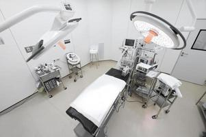 apparatuur en medische hulpmiddelen in moderne operatiekamer foto