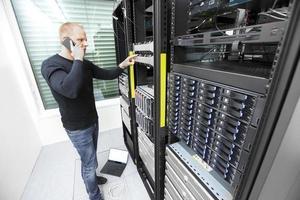 probleemoplossend IT-consultant in datacenter foto