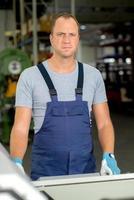 jonge werknemer in fabriek foto