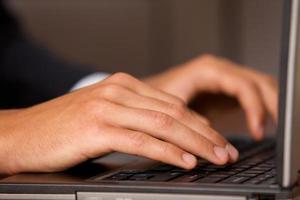 close-up van persoon die laptop met behulp van foto