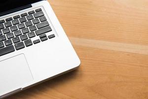 laptopcomputer op een houten bureau foto