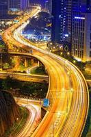 drukke snelweg trein verkeer nacht in stedelijke financiën foto