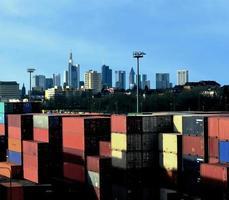 duitse economie - transport, handel, financiën: containers en de skyline van frankfurt foto