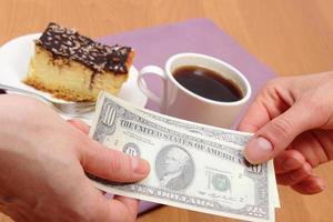 betalen voor cheesecake en koffie in het café, financiënconcept