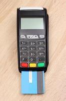 betalingsterminal met creditcard op bureau, financiënconcept foto