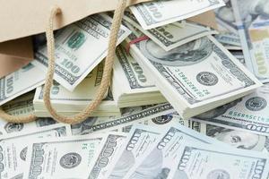 veel geld uit een papieren zak foto
