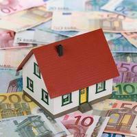 bankfinanciering van een onroerend goed met huis op bankbiljetten foto