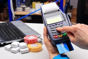 betalen met creditcard in een elektrische winkel, financieren concept foto