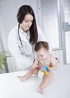 baby en dokter foto
