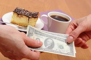 betalen voor cheesecake en koffie in het café, financiënconcept foto