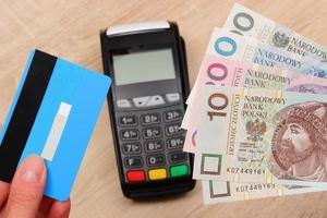 poetsmiddelmunt en creditcard met betalingsterminal, financiënconcept foto