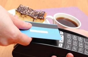betalen met contactloze creditcard in het café, financiënconcept foto