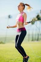 vrouwen oefenen springtouw foto