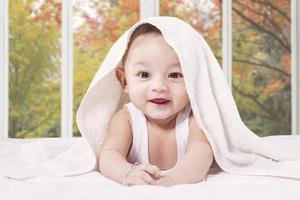 vrolijke mannelijke baby in de slaapkamer foto