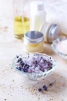 lavendel badzout in een glazen schaal foto