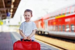 schattig klein meisje op een treinstation.