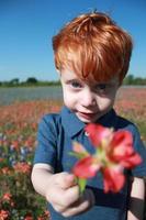 rood hoofd jongen met bloem foto