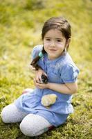 schattig meisje met kip foto
