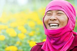 dame tuinieren in haar boerderij lachend foto