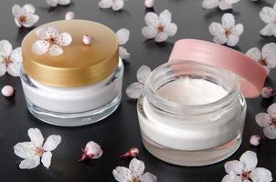 vochtinbrengende crème met bloemen foto