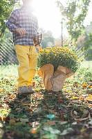 kleine jongen regeert uw tuin met kopie ruimte foto
