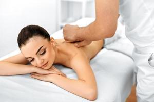 lichaamsverzorging. spa vrouw. schoonheidsbehandeling. lichaamsmassage, spa salon. foto