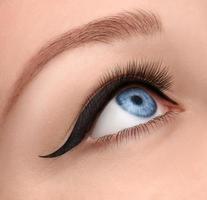 glamour oog van dichtbij met zwarte pijl foto