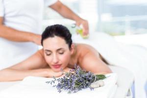 glimlachende vrouw die een aromatherapiebehandeling krijgt