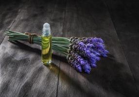 lavendelbloemen en etherische olie foto